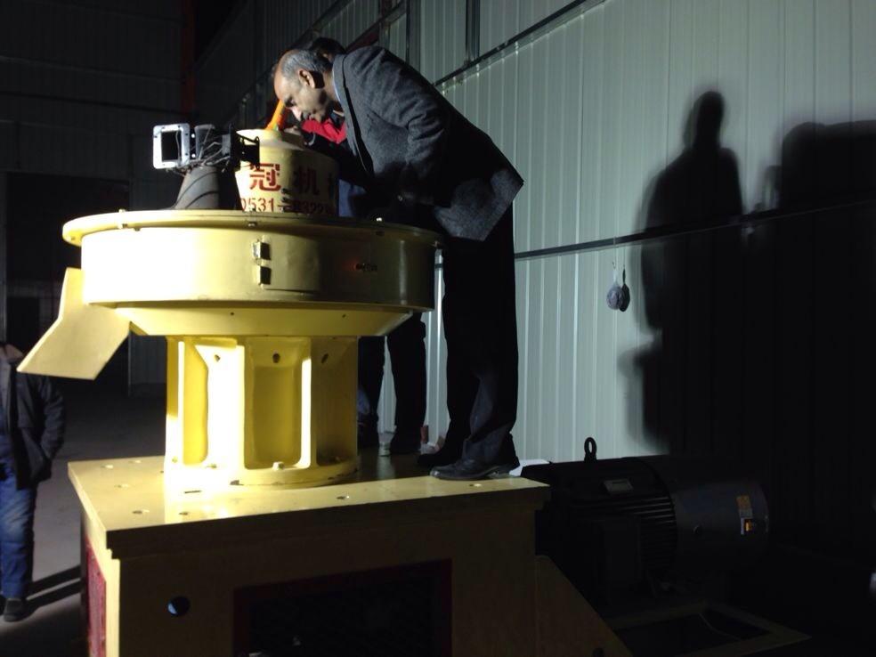 客户正在考察木屑颗粒机