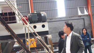 韩国客户在考察颗粒机