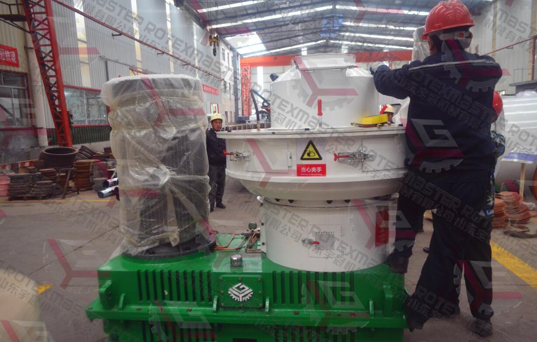 12月4日湖南时产1.3t木屑颗粒机装车发货
